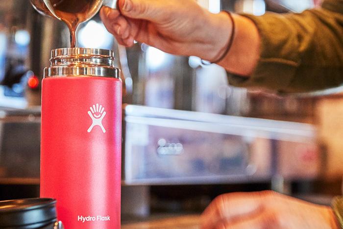 ハイドロフラスクのマイボトルにコーヒーを入れている画像