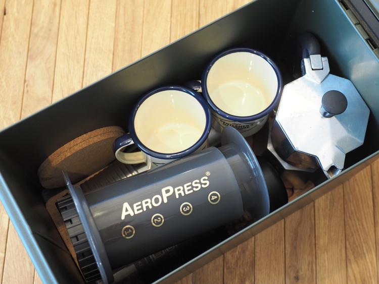 アモ缶に収納されたコーヒーセット