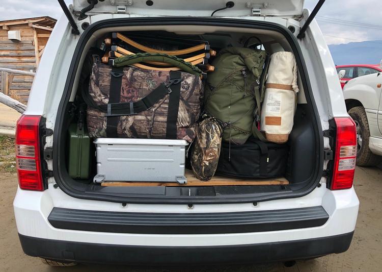 車にキャンプギアを収納した様子。
