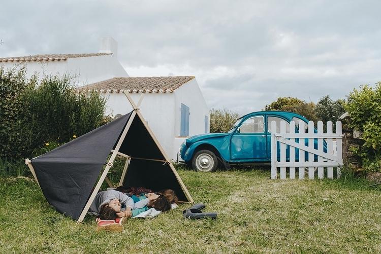 ラ・タント・イレーズのテントでくつろぐ親子