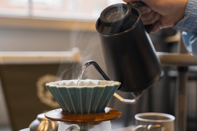 コーヒーをいれる様子