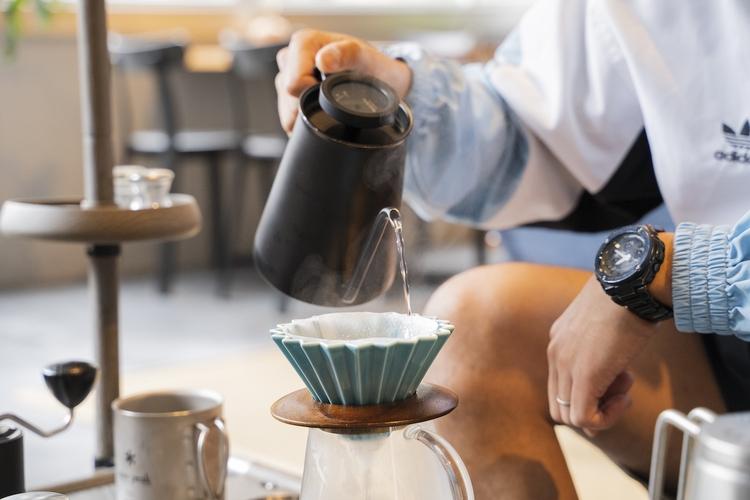 コーヒーフィルターを湯通ししている様子