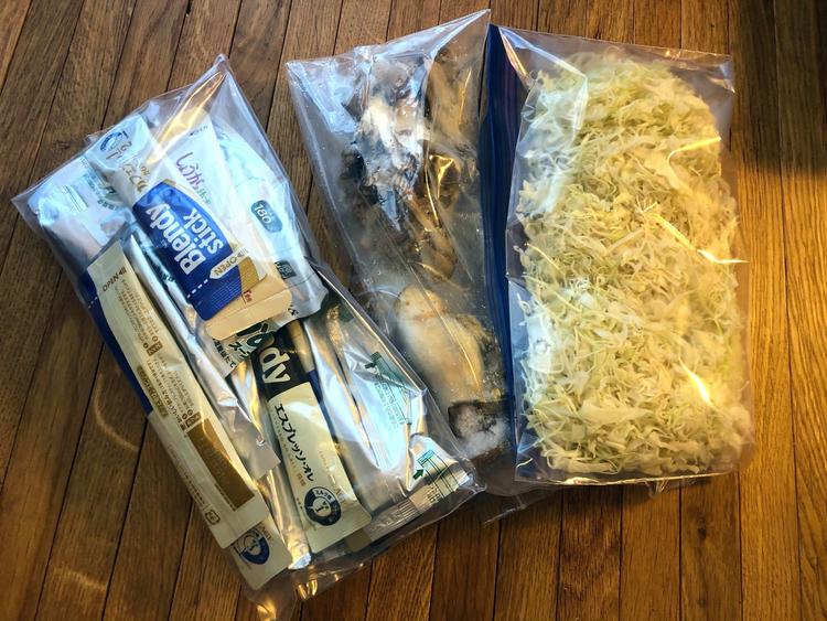 カットした野菜とパッケージから袋に移したインスタントコーヒー