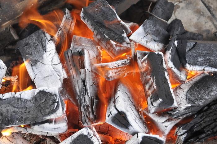 燃やされる備長炭