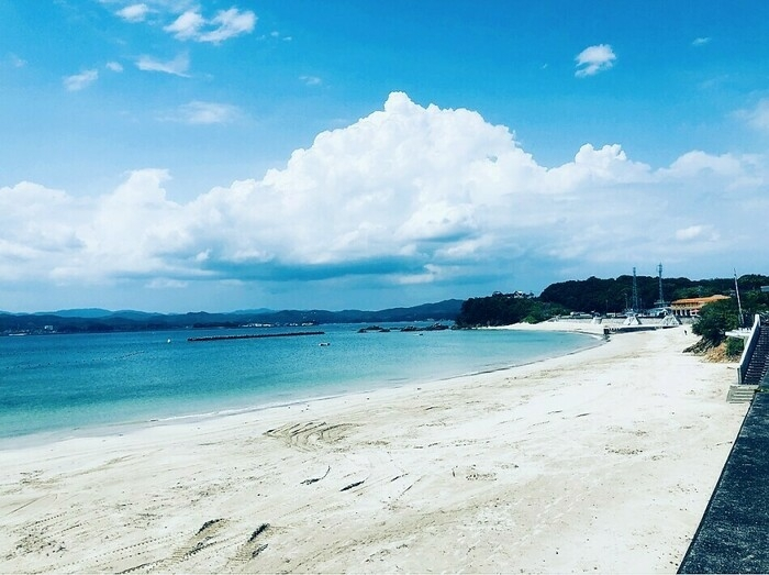 無人の白い砂浜と青い海