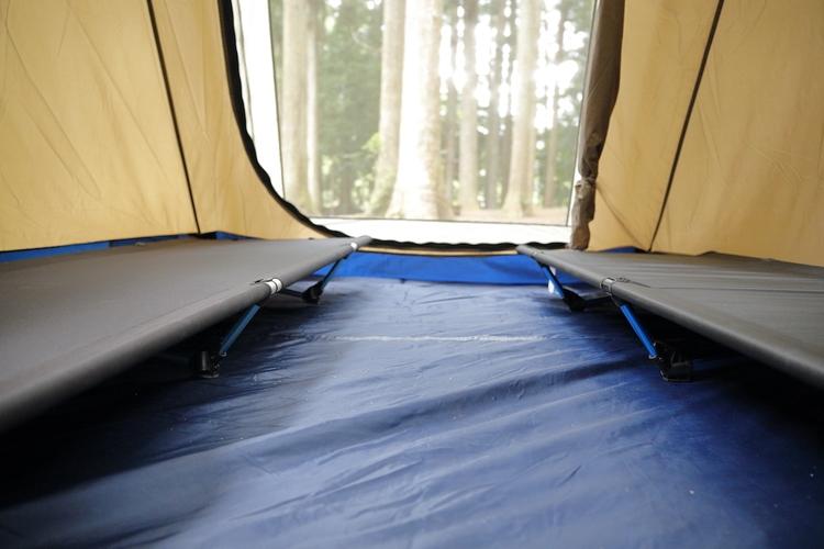テントにコットが敷かれている様子