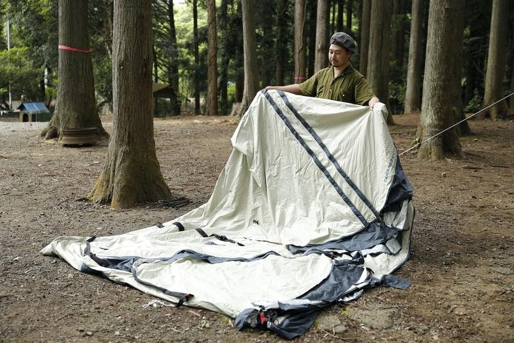 テントを撤収している様子