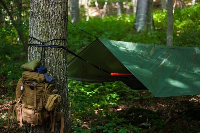 ミリタリーテイストのキャンプサイトの例