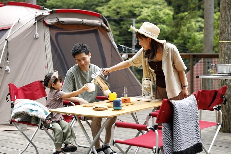 家族キャンプでだんらんしている様子