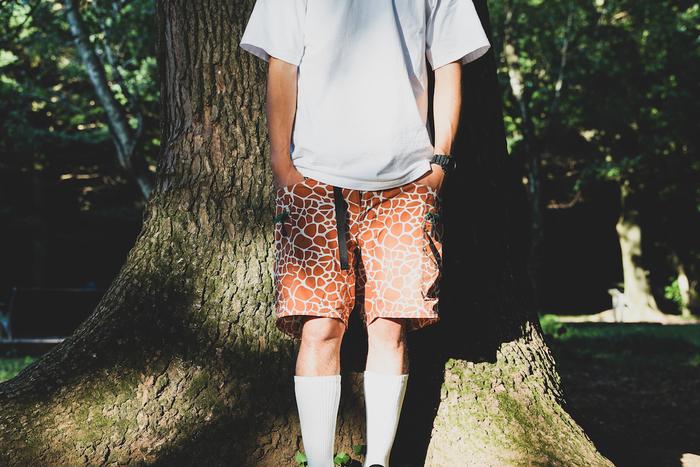 グリップスワニーのアニマル柄ショートパンツをはいている男性