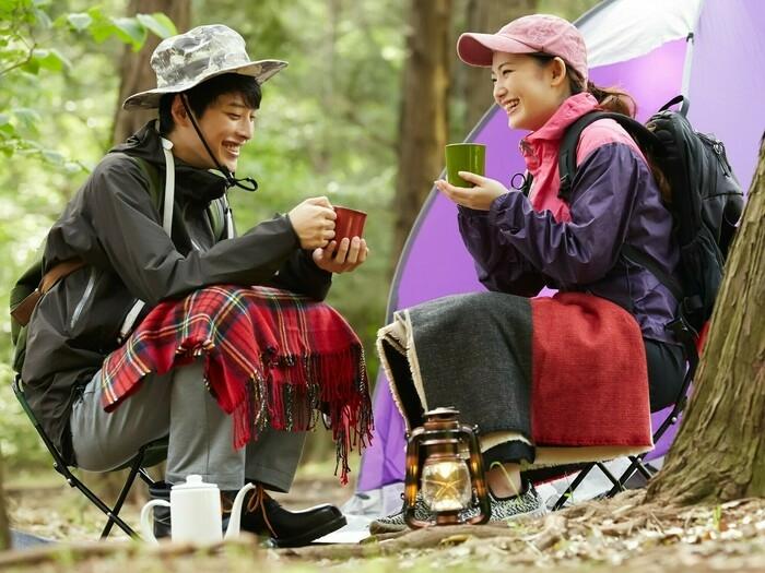 男女二人がキャンプをしている様子
