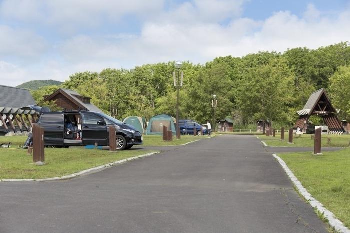 オートキャンプ場でキャンプをしている様子の画像