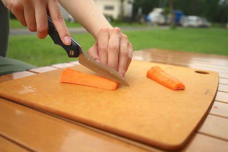 野菜をカットしているシーン