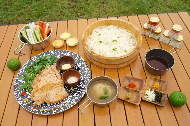 キャンプの食卓