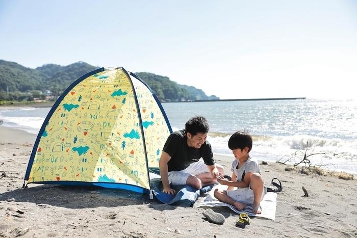 海辺で楽しむ親子