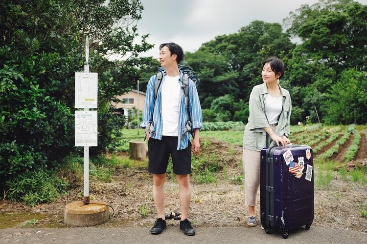 バスを待つカップル
