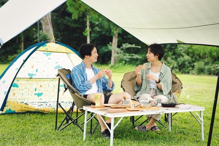 デイキャンプ を楽しむカップル