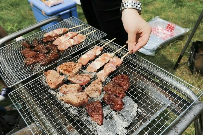 バーベキューで食材を焼いている画像