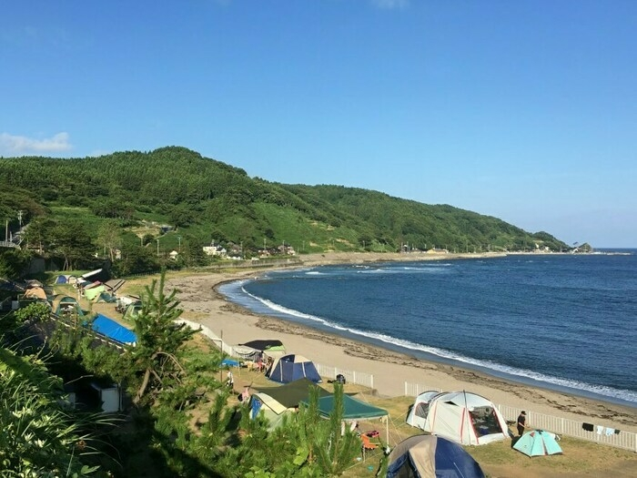 砂浜海岸より一段高い芝地のテント