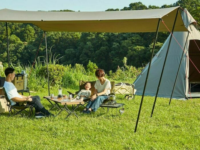 クイックキャンプのギアでキャンプを楽しむ家族