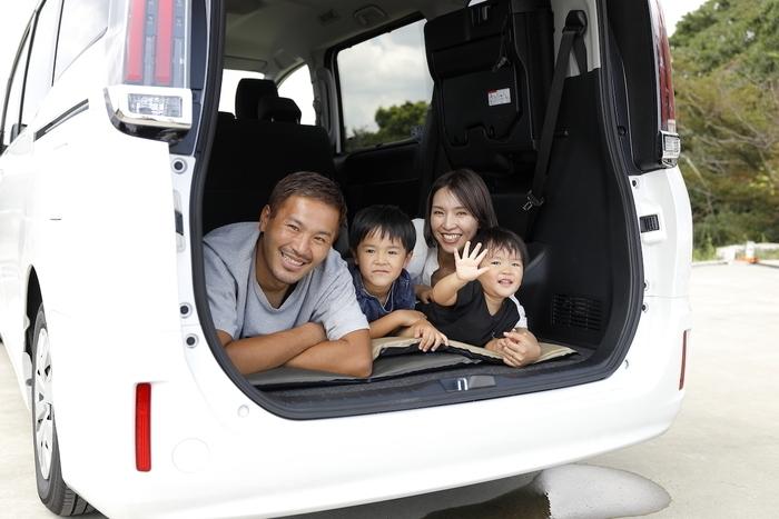車中泊を楽しむ家族