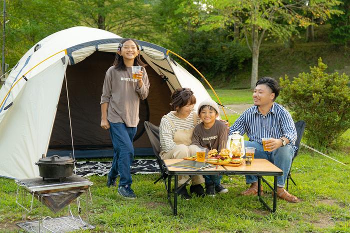 家族で秋キャンプを楽しんでいる様子