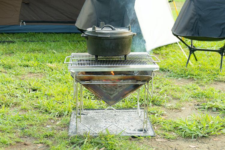 ダッチオーブンが載った焚き火台