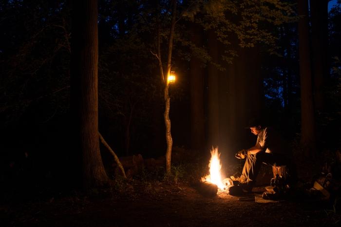 焚き火をしている猪野さん