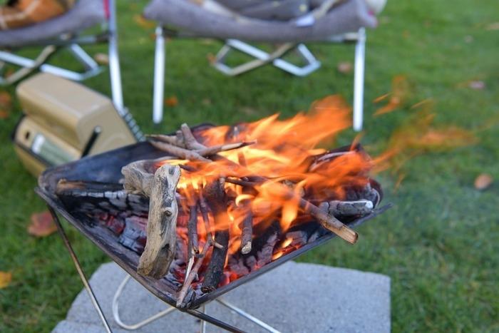 焚き火台で焚き火をしている画像