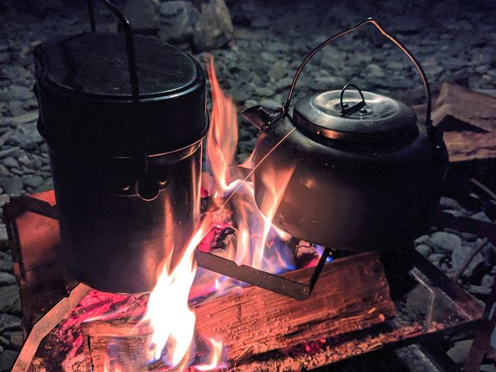 料理のレベルを高めたいキャンパー向き!複数の料理が同時にできる「焚火コンロXX」