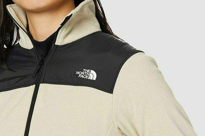 ザ・ノース・フェイスのフリースレディースジャケットを着た女性の画像