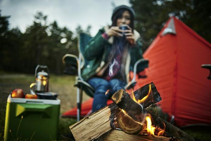 キャンプをしている女性