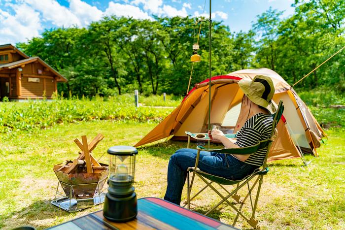 ソロキャンプをする女性