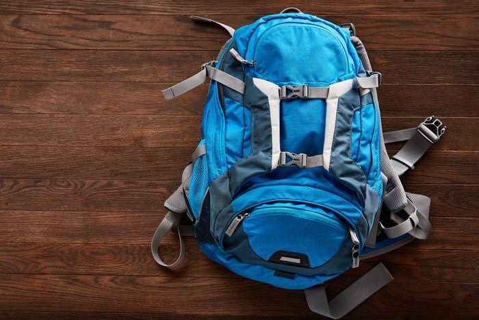 青いバックパック