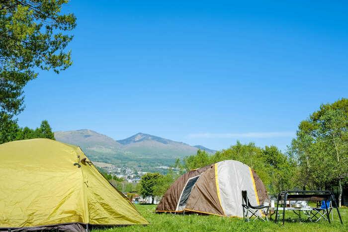 キャンプサイトに張ってあるテントの画像