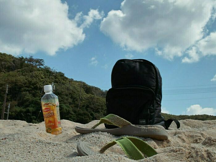 砂浜に置いてあるリュックの画像