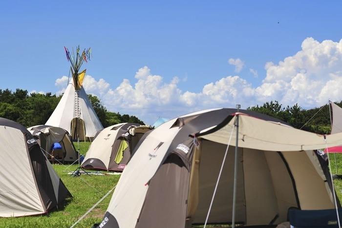 フェスで張ってあるドームテントの画像