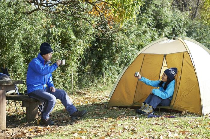 キャンプをする男女