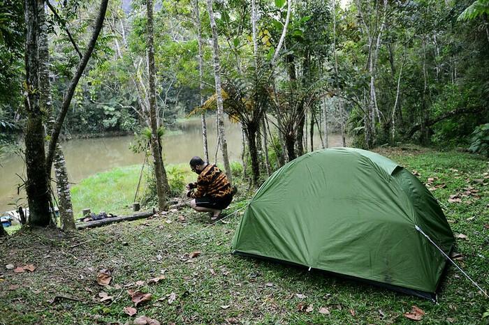 テントを張る男性