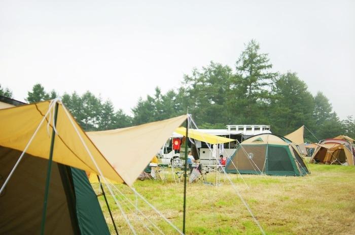 オートキャンプ場でキャンプをしている画像