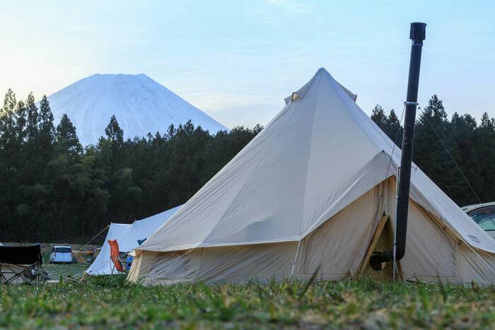 山梨県のキャンプサイトに張ってあるテントの画像