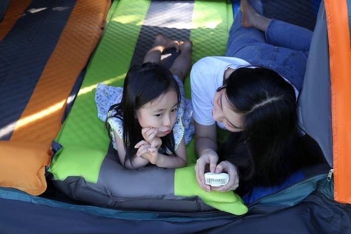 テントでマットにゴロ寝する女の子