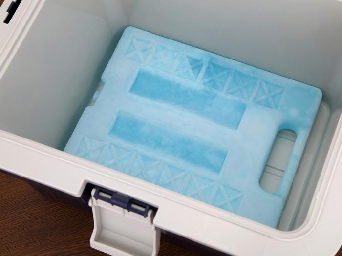 クーラーボックスに入っている保冷剤の写真