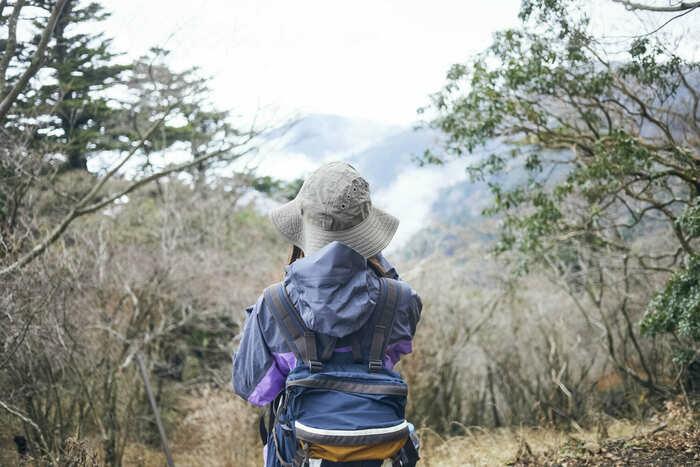 トレッキングリュックを背負っている女性の画像