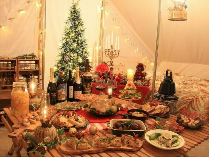 豪華な料理が並ぶクリスマスキャンプ