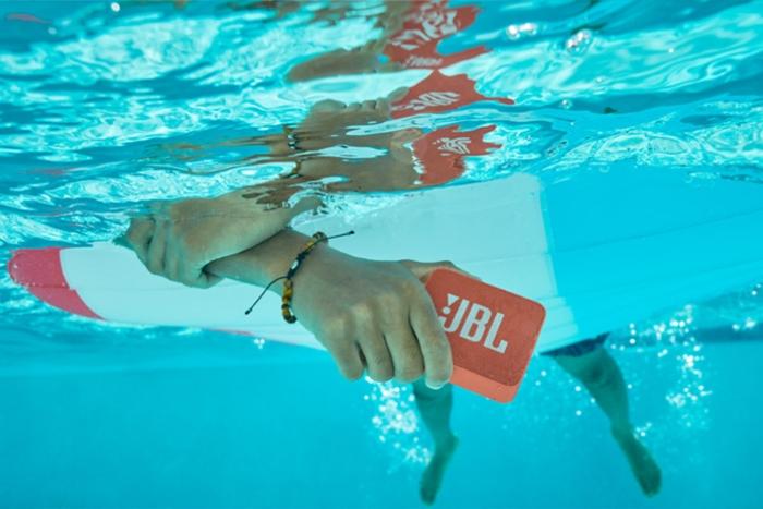 水中でモバイルスピーカーを持っている画像