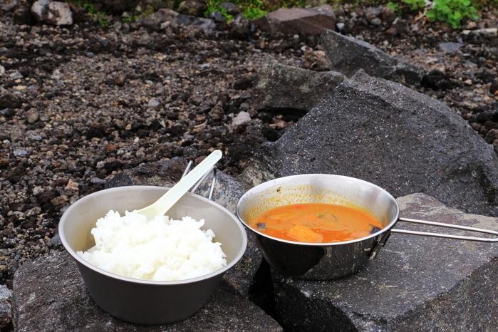 シェラカップにご飯とカレーを入れている画像