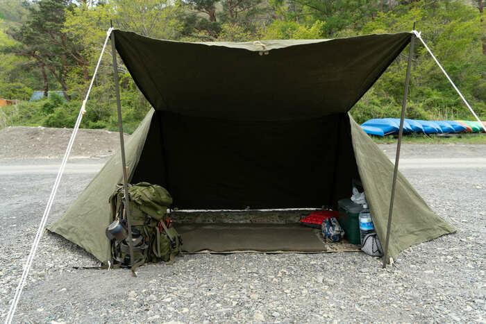 キャンプサイトに設置してある軍用テントの画像
