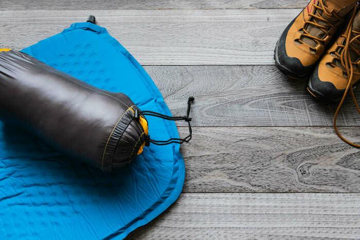 登山ブーツと登山用マットの画像