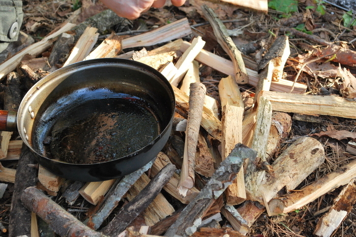 削った木の上に置いてあるフライパン